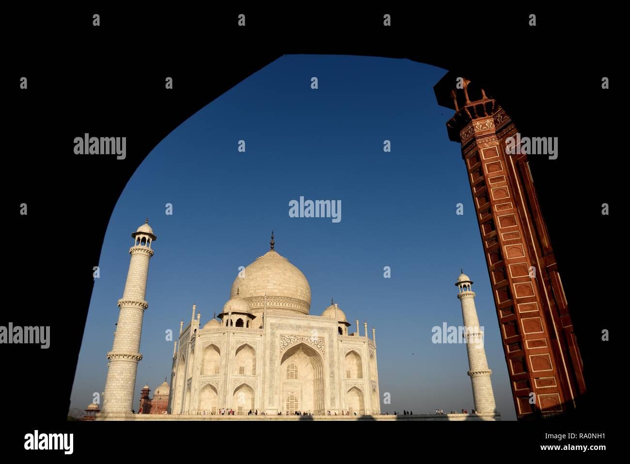 Framed angled view of the Taj Mahal at daybreak in Agra, India. - Stock Image