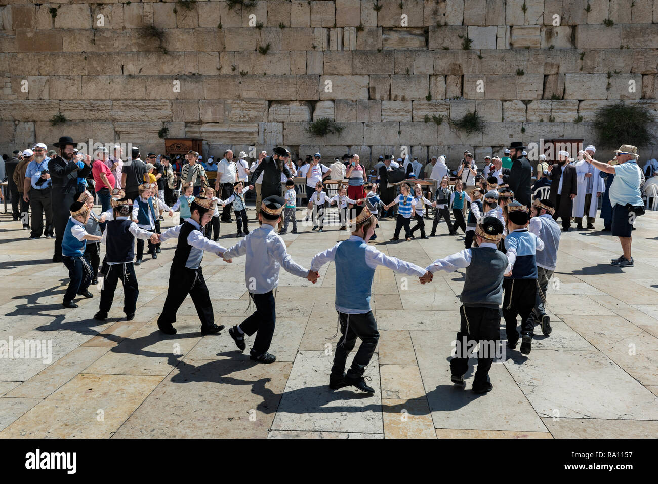 Young Jewish visitors at the Western Wall in Jerusalem. Israel - Stock Image