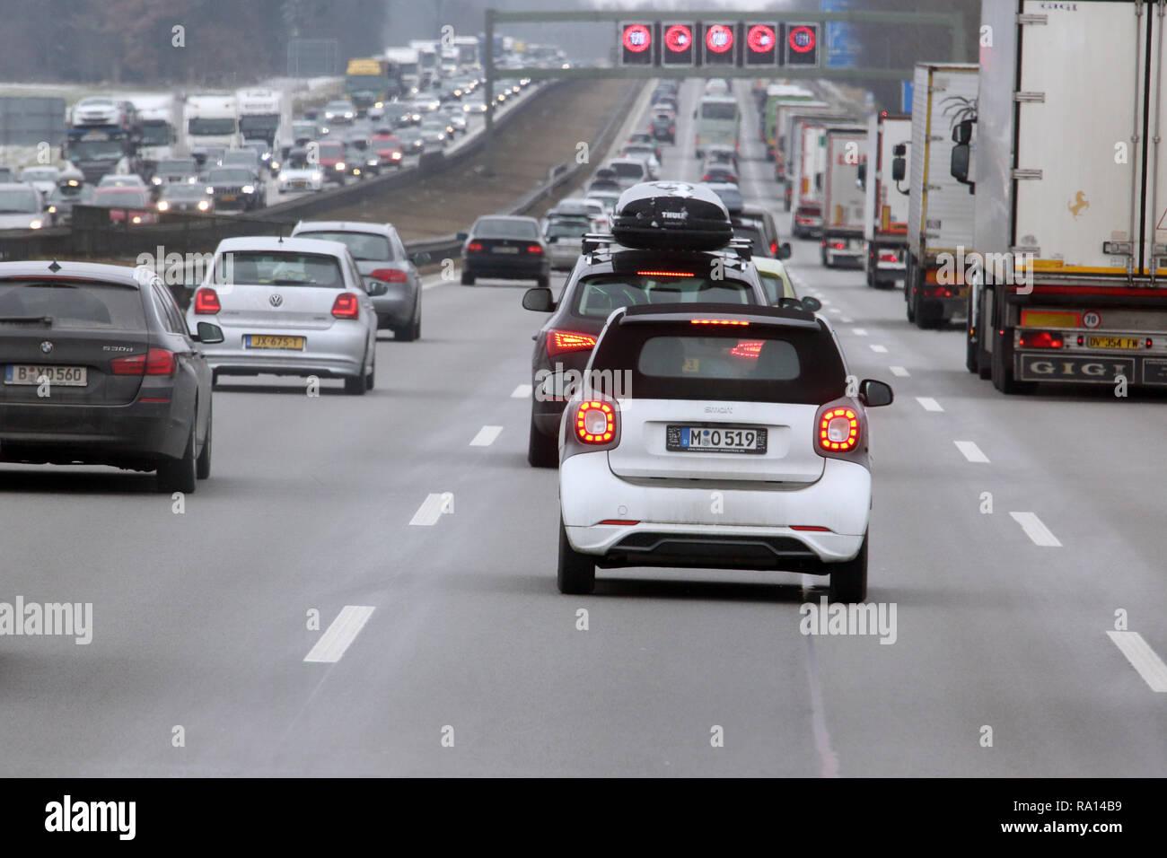 10.02.2018, Bayern, Holzkirchen, Deutschland, hohes Verkehrsaufkommen auf der A8. 00S180210D102CARO.JPG [MODEL RELEASE: NOT APPLICABLE, PROPERTY RELEA Stock Photo