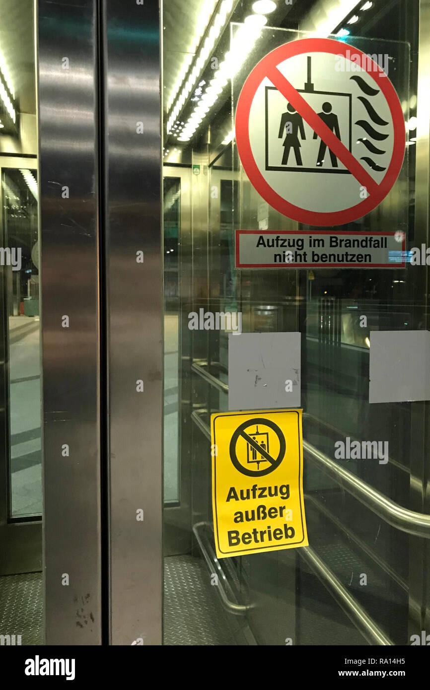 20.03.2018, Berlin, Berlin, Deutschland, Aufzug am Bahnhof Suedkreuz ist ausser Betrieb. 00S180320D201CARO.JPG [MODEL RELEASE: NOT APPLICABLE, PROPERT - Stock Image