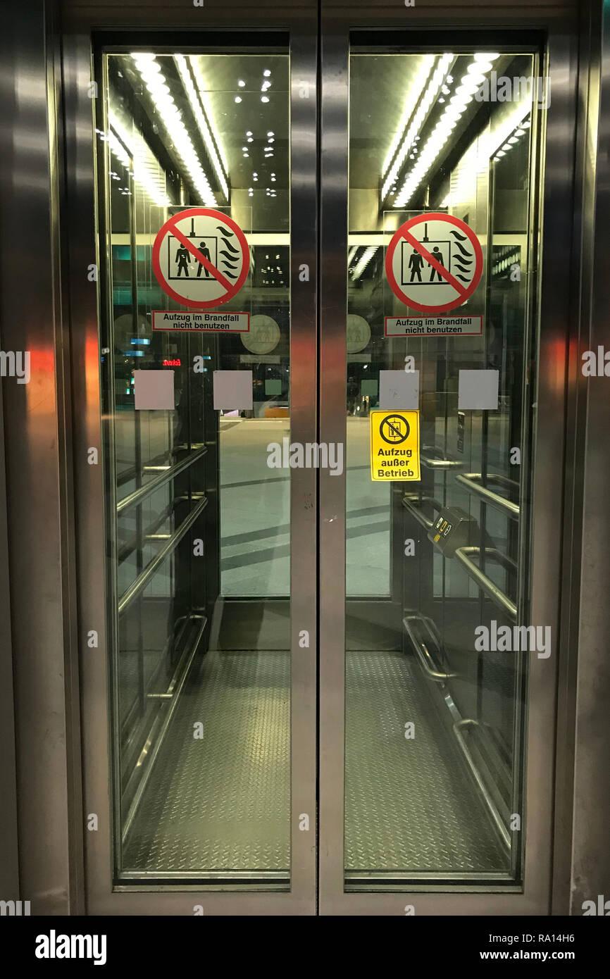 20.03.2018, Berlin, Berlin, Deutschland, Aufzug am Bahnhof Suedkreuz ist ausser Betrieb. 00S180320D202CARO.JPG [MODEL RELEASE: NOT APPLICABLE, PROPERT - Stock Image