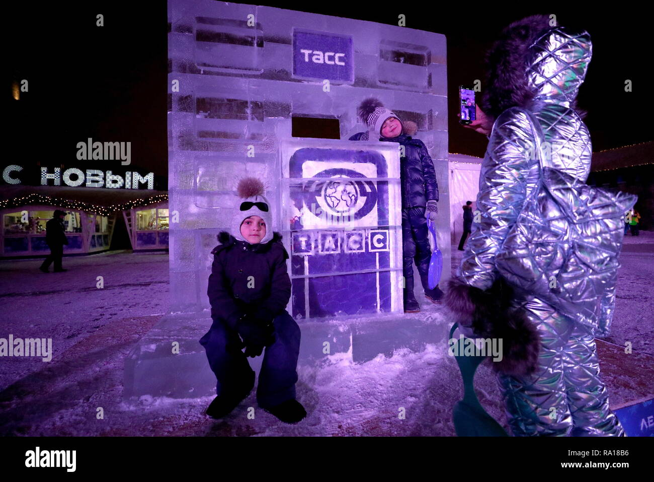 Moscow, Russia. 29th Dec, 2018.  Visitors at the 'Ice Moscow: In the Family Circle' ice festival featuring ice replicas of world famous landmarks, in Pobedy Park on Poklonnaya Gora Hill, during New Year and Christmas season. Mikhail Tereshchenko/TASS Credit: ITAR-TASS News Agency/Alamy Live News - Stock Image