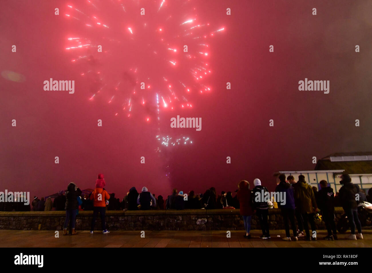 Weston-super-Mare, Somerset, UK. 29th December, 2018. On a damp and drizzly night hundreds of people turned out to a fantastic display of seafront fireworks. Robert Timoney/Alamy/Live/News Stock Photo
