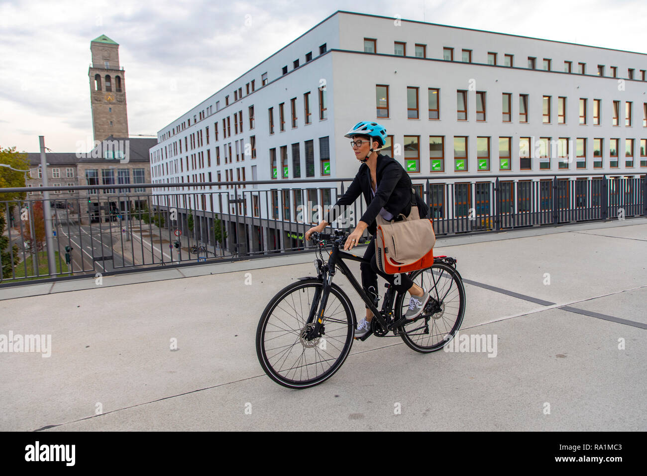 Fast cycling track, Radschnellweg RS1, in MŸlheim an der Ruhr, Germany, on a former railway viaduct, in the middle of the city center, commuter, with  - Stock Image
