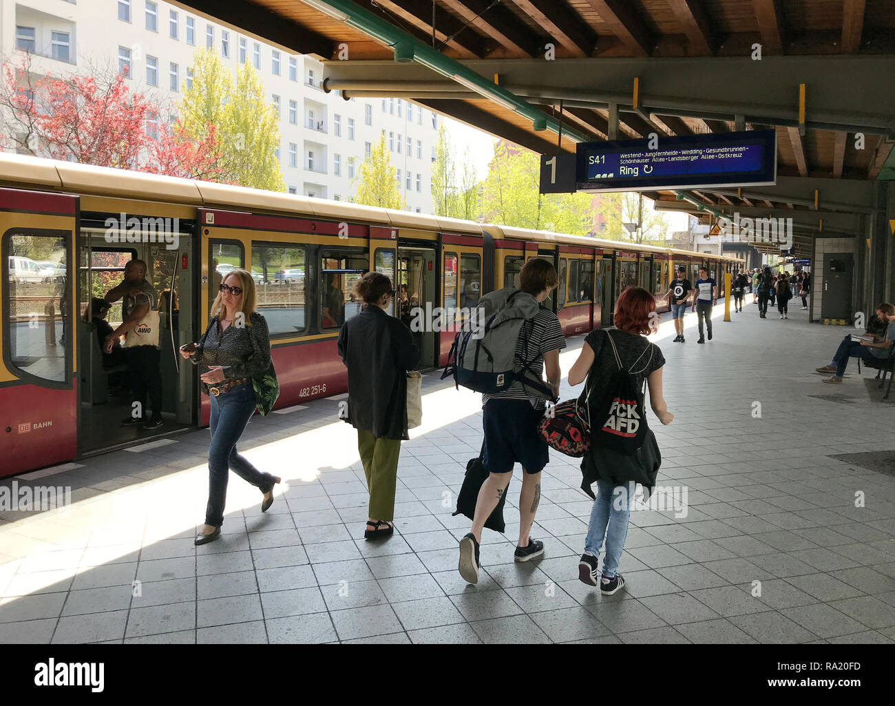 19.04.2018, Berlin, Berlin, Deutschland, Reisende auf dem S-Bahnsteig des Bahnhof Messe Nord/ICC. 00S180419D048CARO.JPG [MODEL RELEASE: NO, PROPERTY R - Stock Image