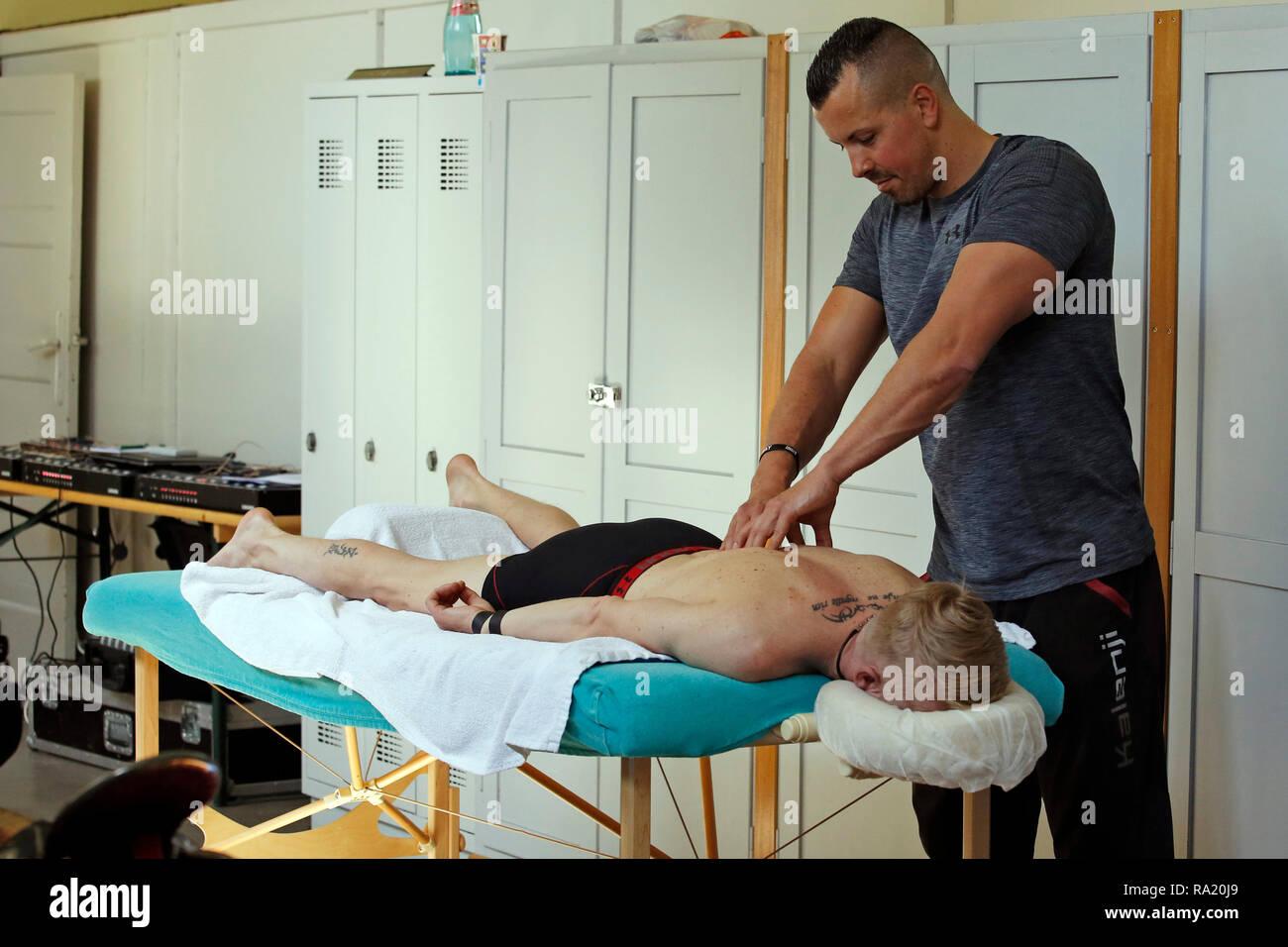 21.04.2018, Brandenburg, Hoppegarten, Deutschland, Mann wird von einem Physiotherapeut behandelt. 00S180421D451CARO.JPG [MODEL RELEASE: NO, PROPERTY R Stock Photo