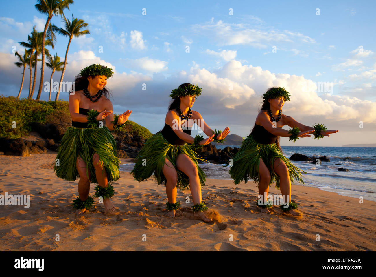 Three hula dancers on the beach at south Maui, Hawaii. - Stock Image