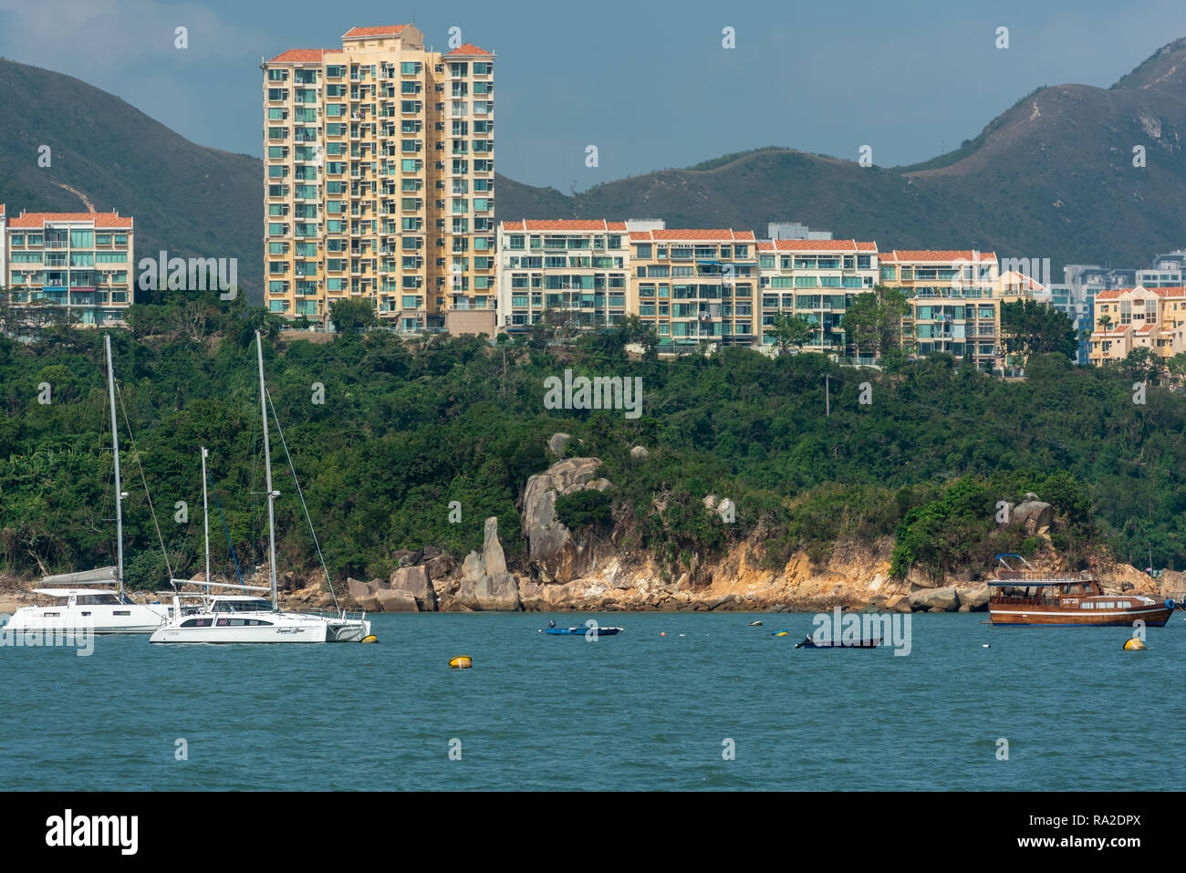 The luxury apartments of Vista Court and Avenue look out over Tim Shue Wan in Discovery Bay, Lantau Island. - Stock Image