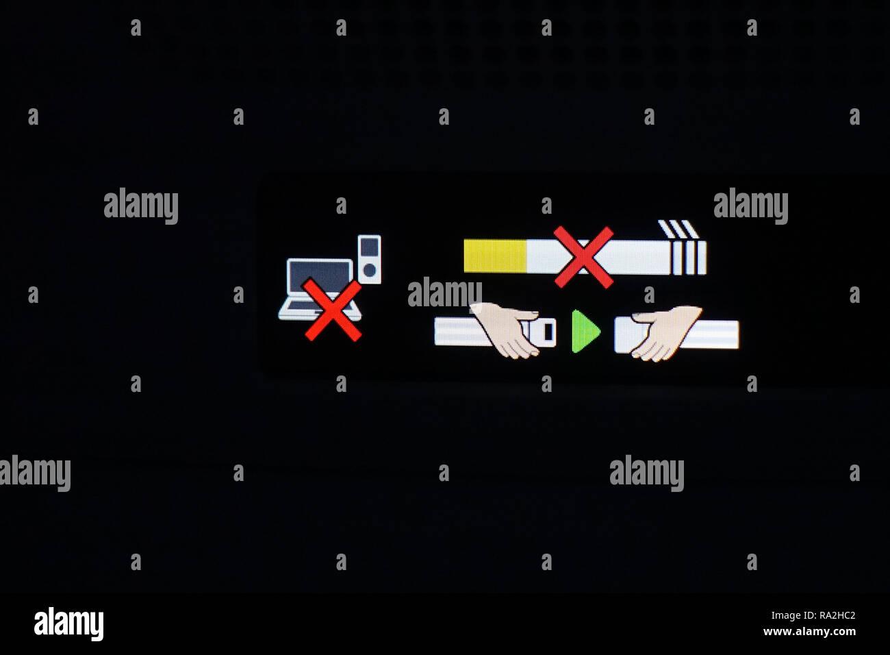 10.12.2017, Hongkong, Hongkong, China, Anschnallzeichen, Laptop- und Handyverbot sowie Nicht-rauchen-Hinweis in einem Flugzeug. 00S171210D032CARO.JPG  - Stock Image