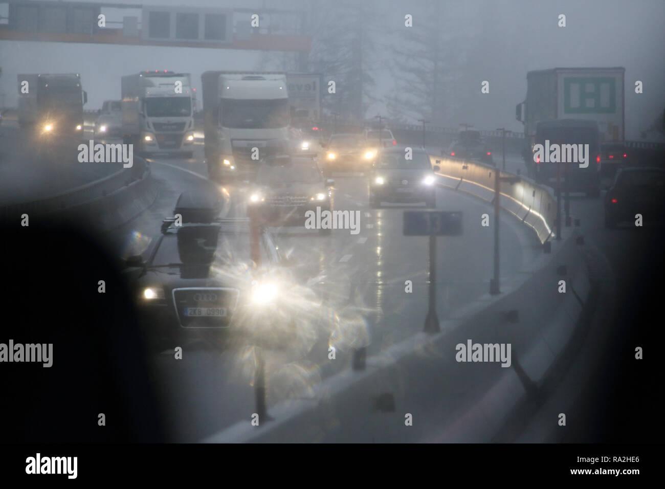 10.02.2018, Tirol, Endach, Oesterreich, Symbolfoto, schlechte Sicht im Strassenverkehr bei Nebel. 00S180210D002CARO.JPG [MODEL RELEASE: NOT APPLICABLE - Stock Image