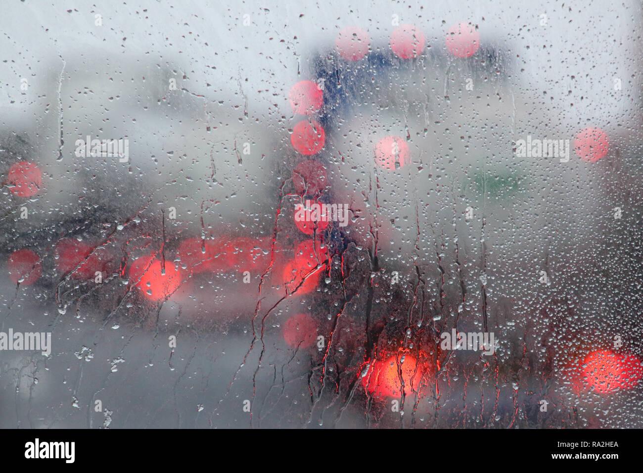 10.02.2018, Tirol, Endach, Oesterreich, Symbolfoto, schlechte Sicht im Strassenverkehr bei Regen. 00S180210D003CARO.JPG [MODEL RELEASE: NOT APPLICABLE - Stock Image