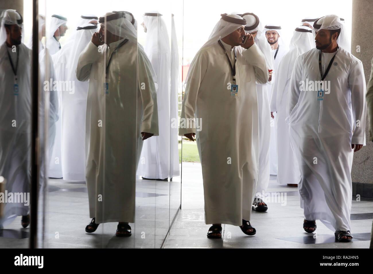 31.03.2018, Dubai, Dubai, Vereinigte Arabische Emirate, Gruppe arabischer Maenner in traditioneller Kleidung. 00S180331D221CARO.JPG [MODEL RELEASE: NO - Stock Image