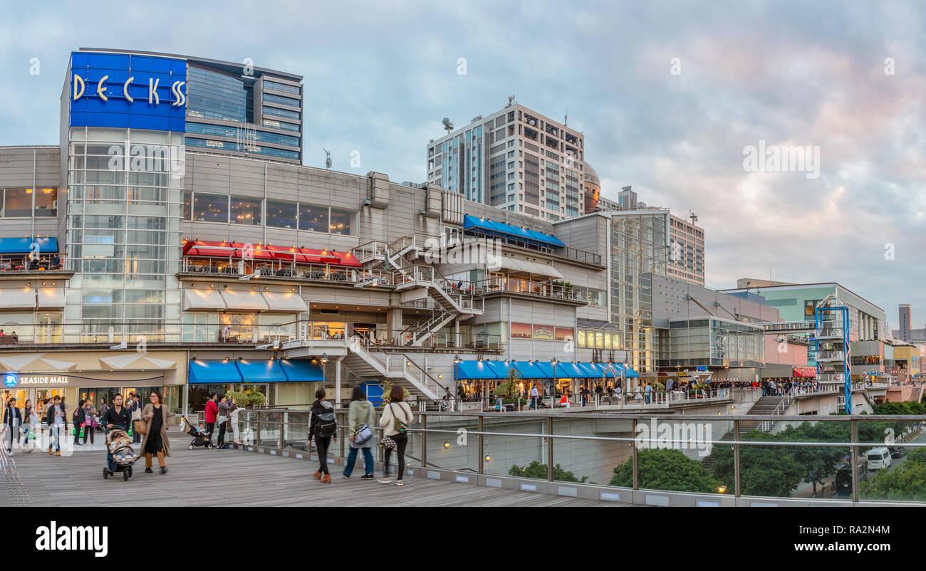 Tokyo Odaiba Decks Seaside Mall shopping center and entertainment area, Minato, Japan | Decks Seaside Mall und Freizeitpark, Odaiba, Tokio - Stock Image
