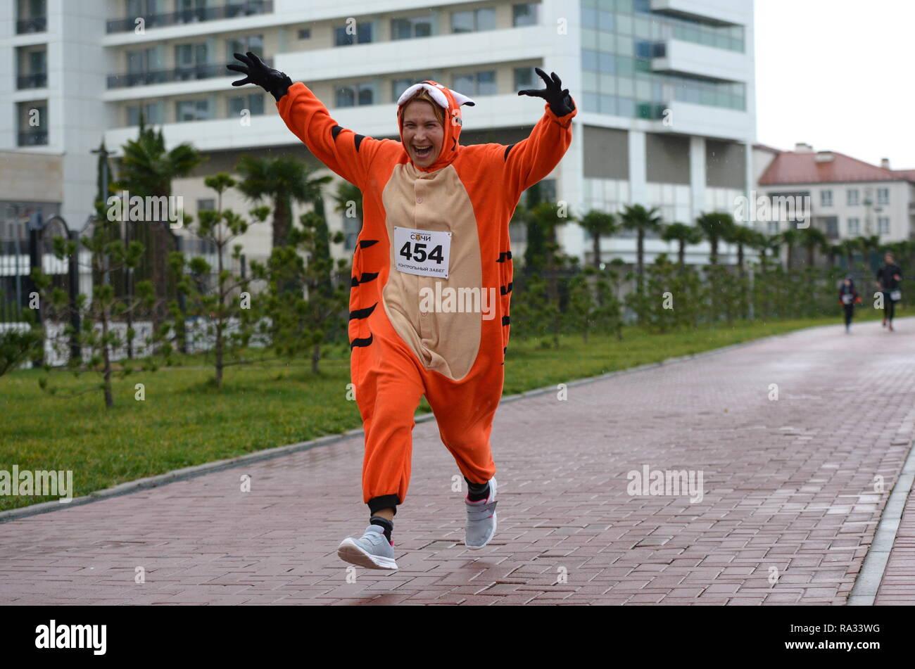 Sochi, Russia. 31st Dec, 2018. SOCHI, RUSSIA - DECEMBER 31, 2018: A woman takes part in a mass run in Imeretinskaya Embankment on New Year's Eve. Artur Lebedev/TASS Credit: ITAR-TASS News Agency/Alamy Live News Stock Photo