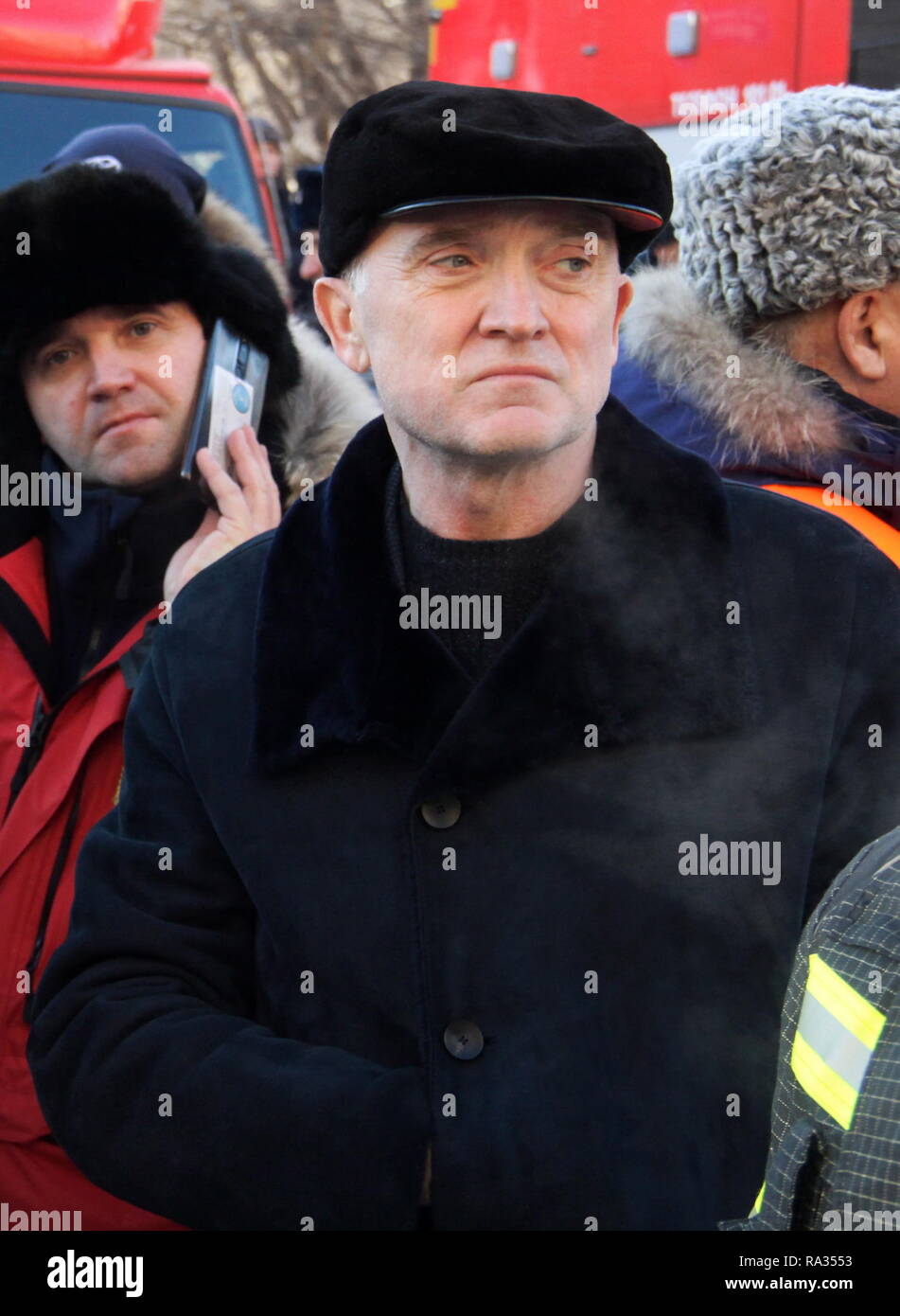 Magnitogorsk, Russia. 31st Dec, 2018. Magnitogorsk, Russia. 31st Dec, 2018. Chelyabinsk Region Governor Boris Dubrovsky (R) at the site of an apartment building collapse in the city of Magnitogorsk. A domestic gas blast has caused a partial collapse of a residential building at 164 Karla Marksa Avenue; 4 people have been killed, dozens remain missing. Ilya Moskovets/TASS Credit: ITAR-TASS News Agency/Alamy Live News - Stock Image