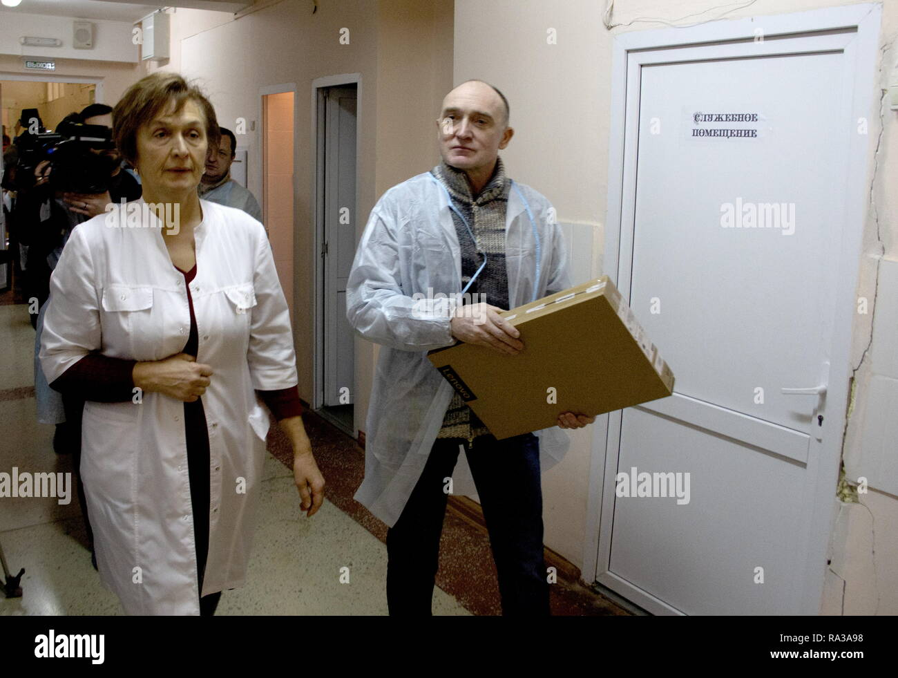 Magnitogorsk, Russia. 01st Jan, 2019. MAGNITOGORSK, RUSSIA - JANUARY 1, 2019: Chelyabinsk Region Governor Boris Dubrovsky (R) visits people injured in an apartment block collapse at a hospital. On December 31, 2018, a domestic gas explosion caused a partial collapse of a residential building at 164 Prospekt Karla Marksa Street killing eight people and leaving dozens missing. Ilya Moskovets/TASS Credit: ITAR-TASS News Agency/Alamy Live News - Stock Image