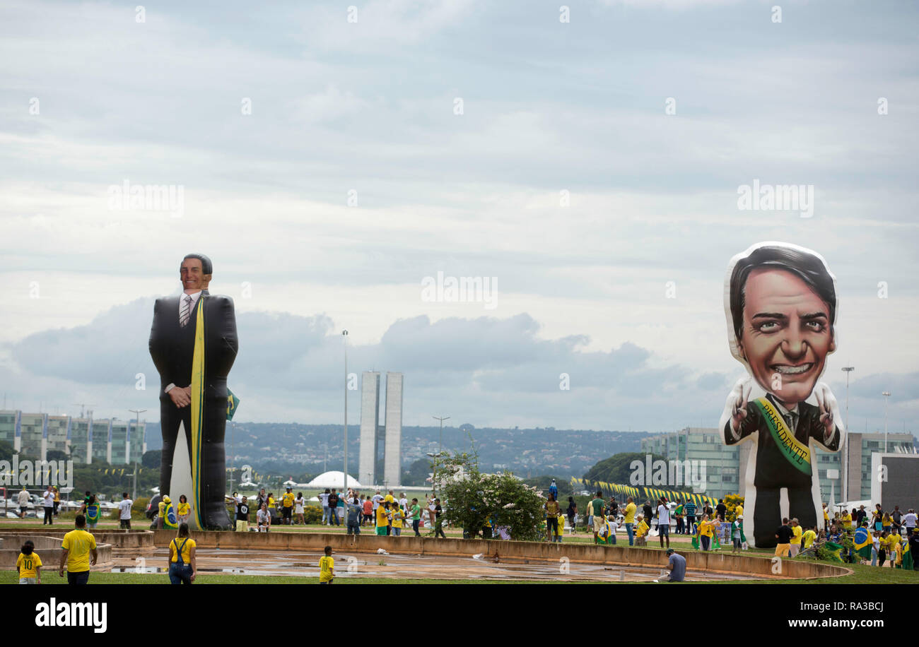 Brasilia, Brazil. 1st January, 2019. Supporters of President-elect Jair Bolsonaro inflated dolls in the area of the Esplanade of the Ministries to accompany the inauguration ceremony, on Tuesday morning (01). (Photo: Bruno Rocha/Fotoarena) Credit: Foto Arena LTDA/Alamy Live News - Stock Image