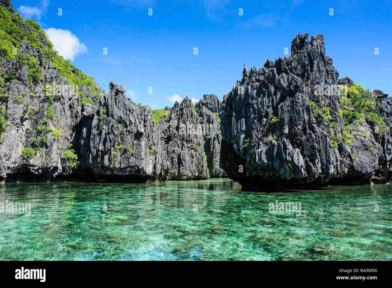 Crystal clear water with limestones, Bacuit archipelago, El Nido, Palawan, Philippines - Stock Image