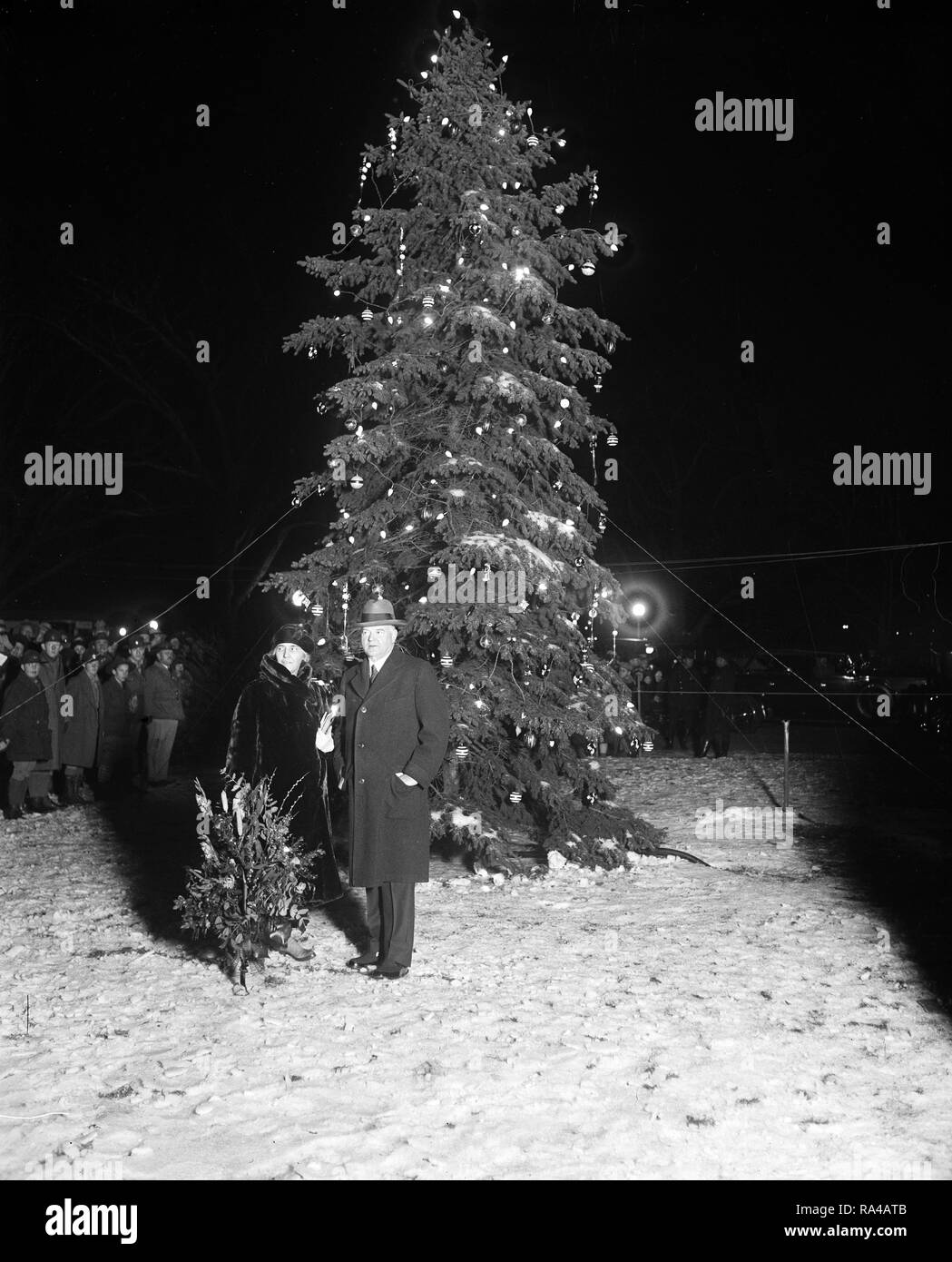 President Hoover lights Nation's Capital community Xmas tree. President Hoover pressed the button that set the community Christmas tree of the National Capital ablaze with varied colored lights tonight, Christmas Eve, December 24. - Stock Image