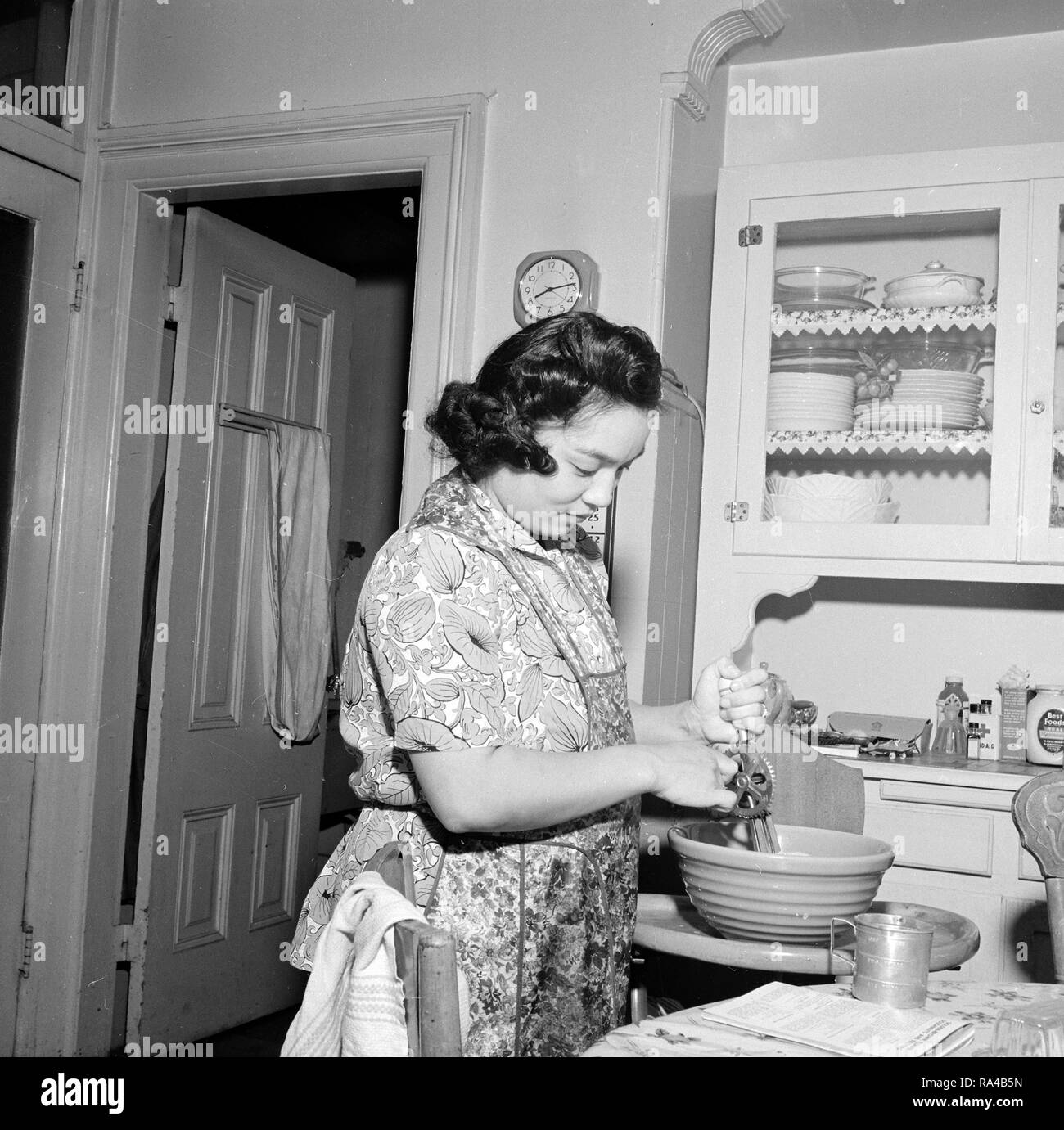 San Francisco, California. Mrs. Dave Tatsuno prepares a final meal at 2625 Buchanan Street, prior to the evacuation of residents of Japanese ancestry 4/13/1942 - Stock Image