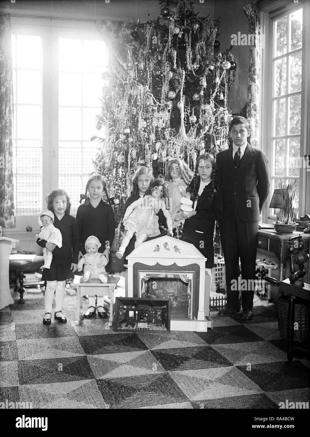The children of Senator James Davis and Mrs. James J. Davis and their Christmas tree. The youngsters are Jewel, Joan, Jean, Jane and James, Jr. ca. 1930 - Stock Image