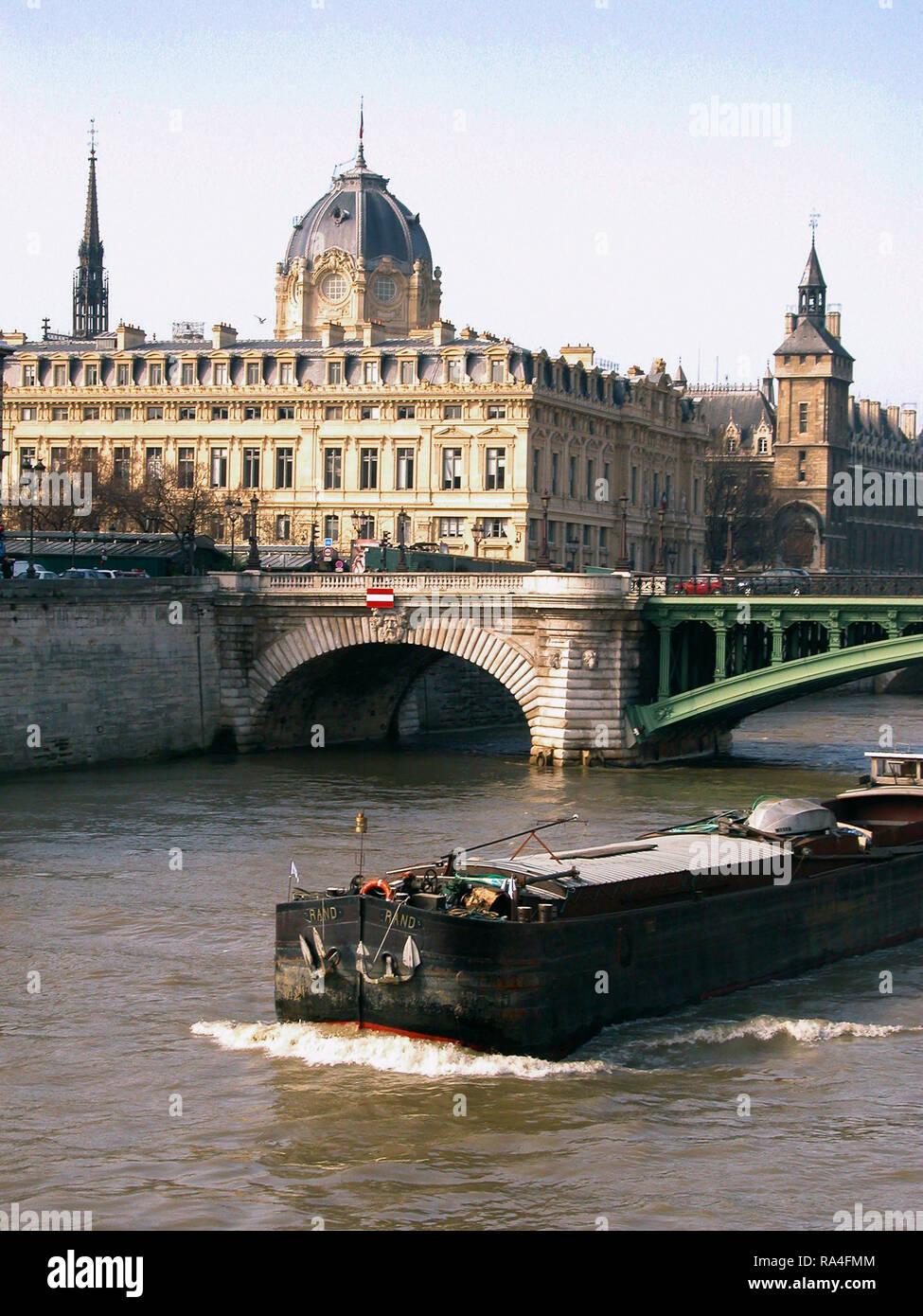 Barge on the Seine by the Île de la Cité, Paris, France - Stock Image