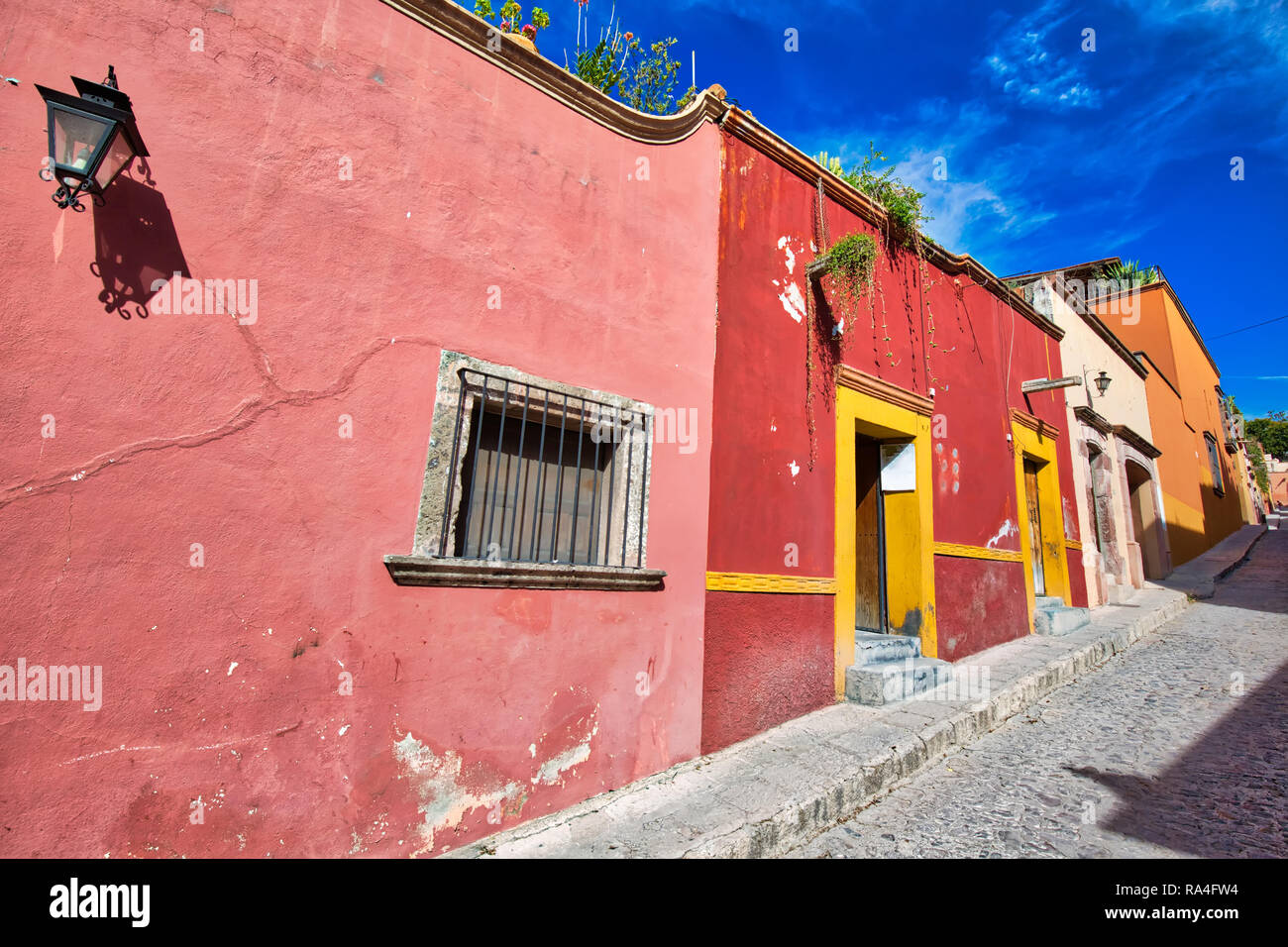 Mexico, Colorful buildings and streets of San Miguel de Allende in historic city center - Stock Image