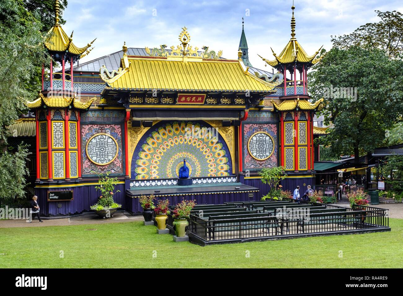 Dania - region Zealand - Kopenhaga - Park rozrywki Tivoli w centrum miasta - atrakcje i ogrody Denmark - Zealand region - Copenhagen city center - historical Tivoli Gardens amusement park - garden att - Stock Image