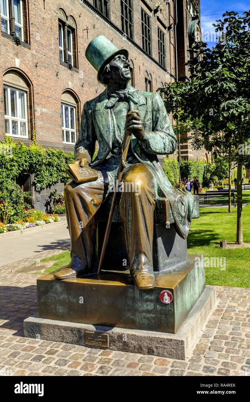 Dania - region Zealand - Kopenhaga - panorama centrum miasta - pomnik Hansa Christiana Andersena - Plac Ratuszowy Denmark - Zealand region - Copenhagen - statue of writer Hans Christian Andersen on th - Stock Image