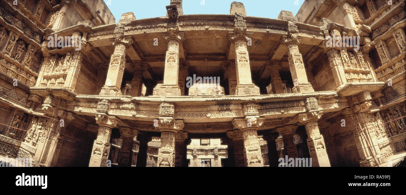 SCUPTURE ADORNING THE COLUMNS, THE STEPWELLS OF ADALAJ, GUJARAT, INDIA, ASIA - Stock Image