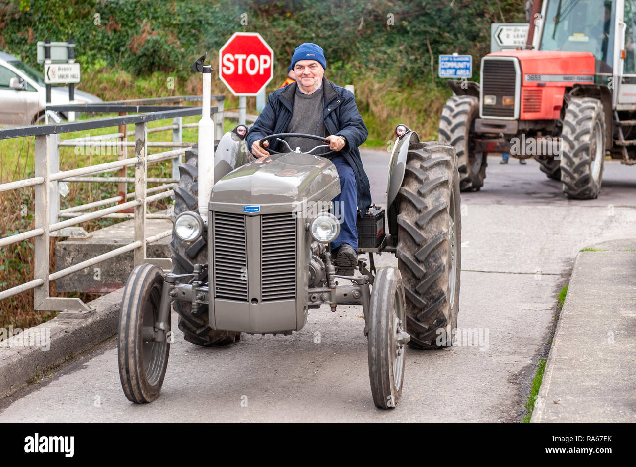 Glandore, West Cork, Ireland. 1st Jan, 2019. Leap and District Vintage Club held a New Year's Day tractor and car run in aid of the Glandore National School Building Fund earlier today. Over 60 tractors and cars signed on for the run. The tractors crossed the famous Union Hall bridge during the run. Credit: Andy Gibson/Alamy Live News. - Stock Image