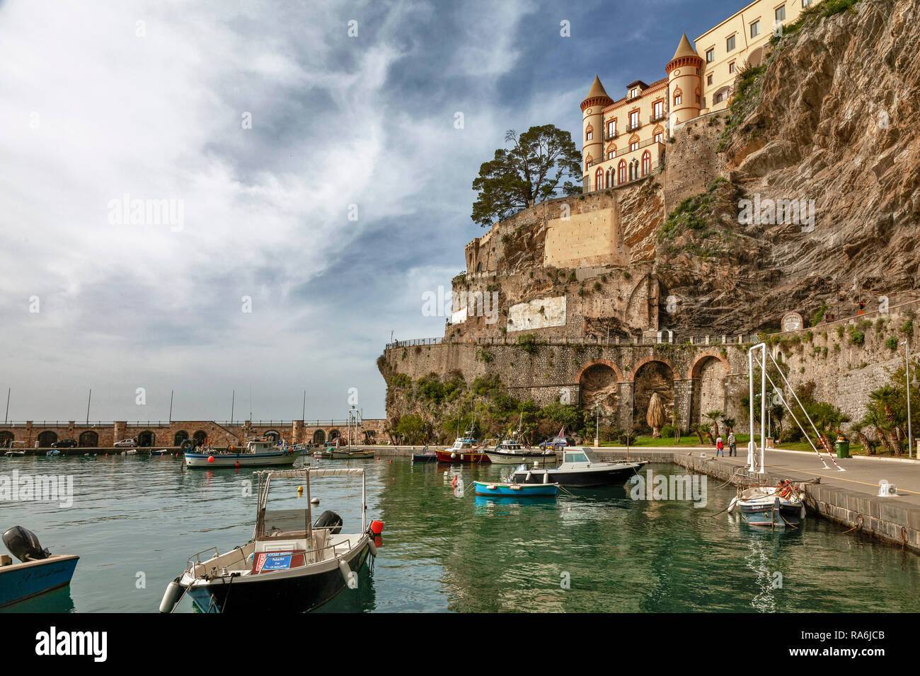 Hafen mit Pazzo Mezzacapo, Maiori, Amalfi Küste, Provinz Salerno, Kampanien, Italien - Stock Image
