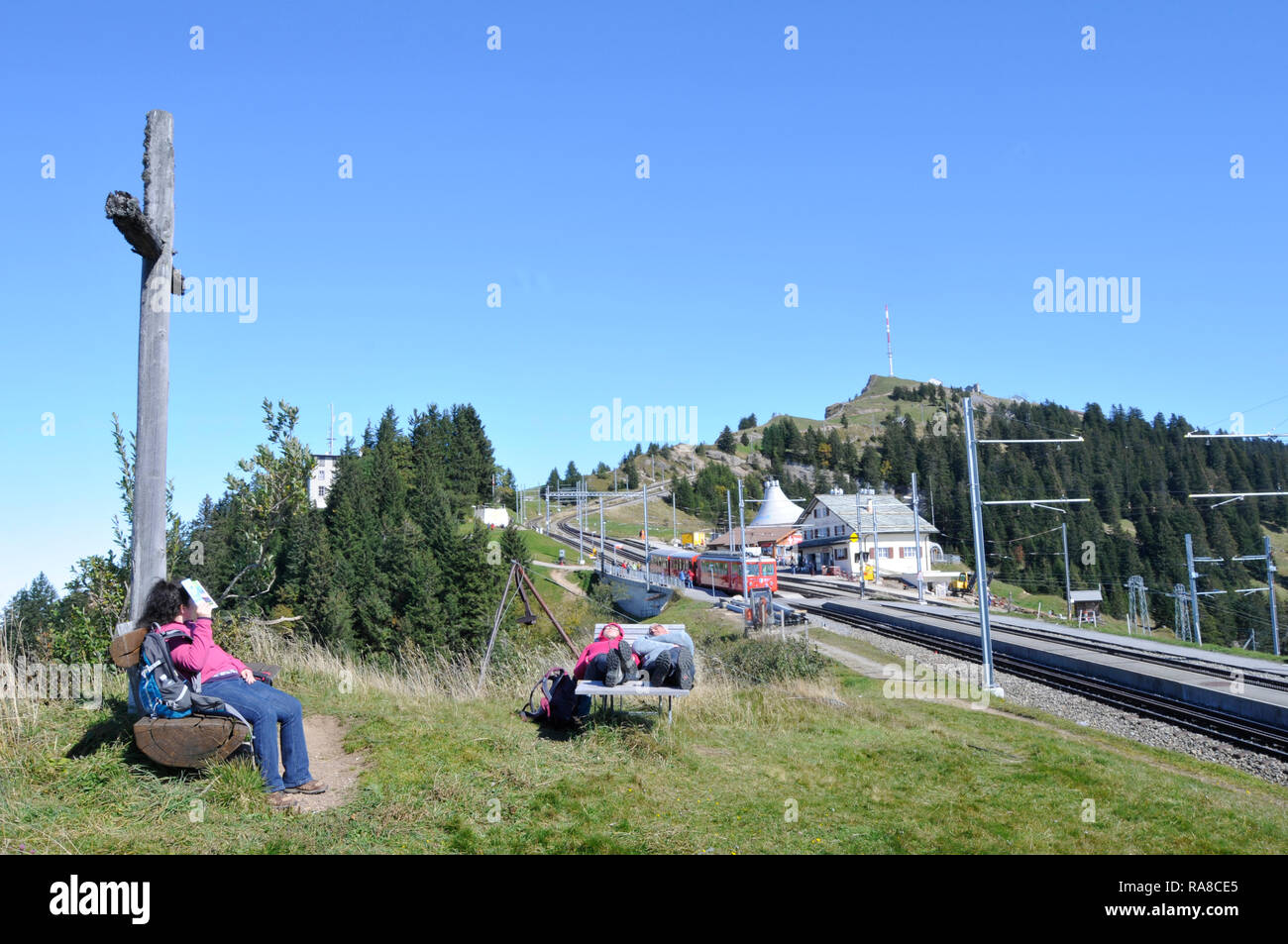 Swiss alps: People enjoying the sun on Rigi Kulm - Stock Image