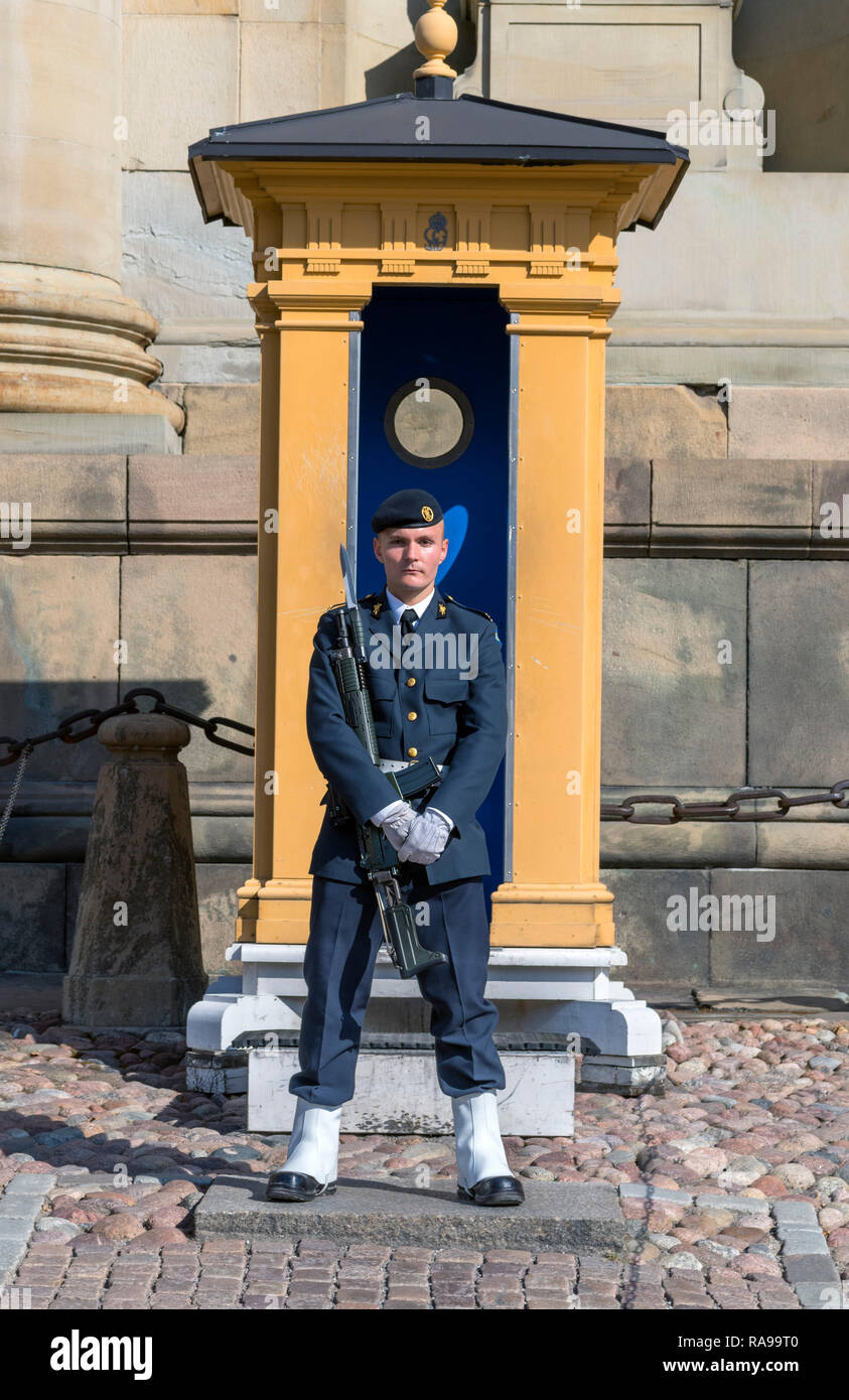 Mamber of the Swedish Royal Guards (Högvakten) outside the Royal Palace (Kungliga slottet) in Gamla Stan (Old Town), Stockholm, Sweden - Stock Image