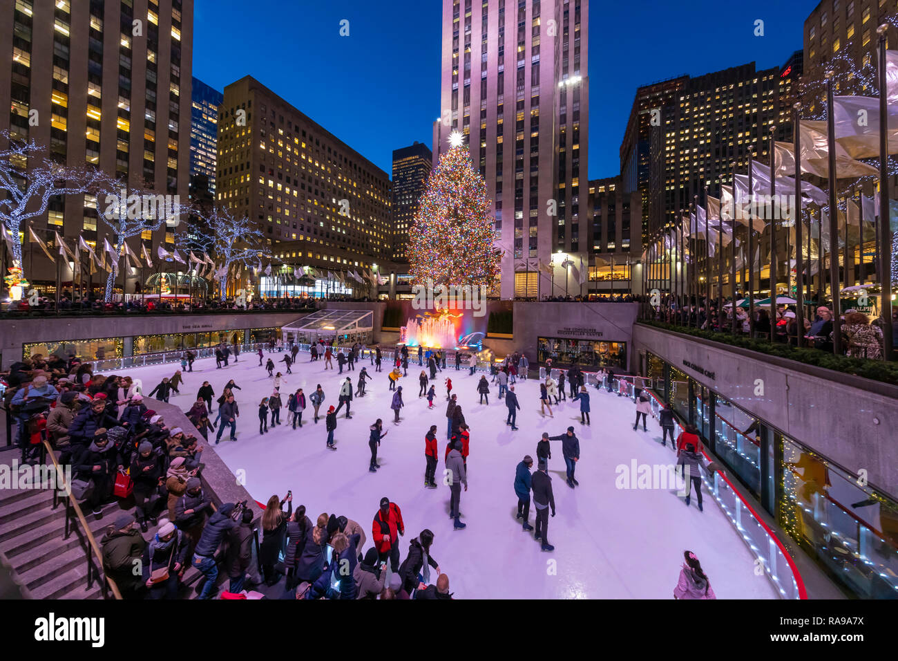 Ice Skaters at Ice skating rink at the Christmas Tree at Rockefeller Center. - Stock Image