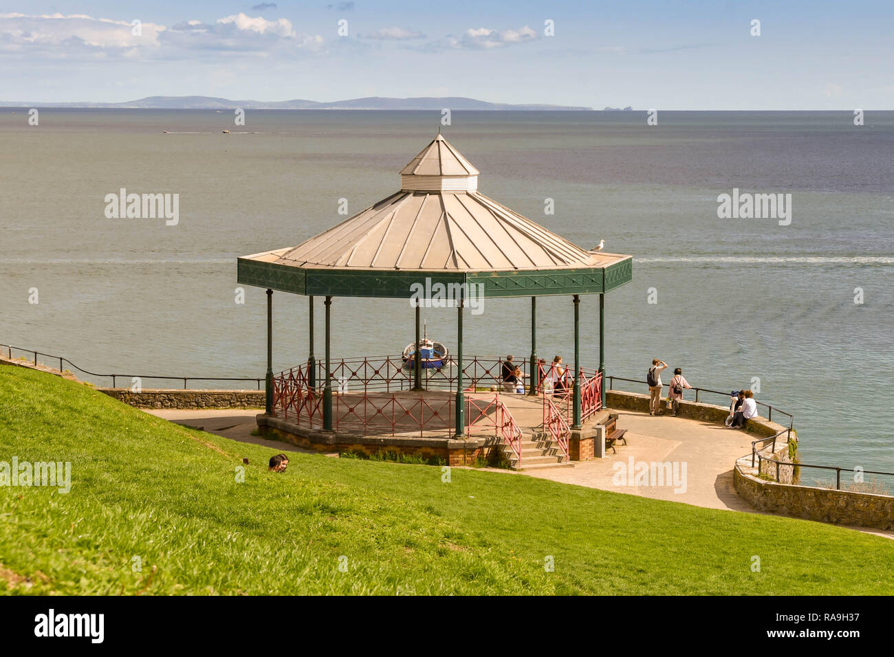 TENBY, PEMBROKESHIRE, WALES - AUGUST 2018: Bandstand and people on the coastal path in Tenby, West Wales. - Stock Image