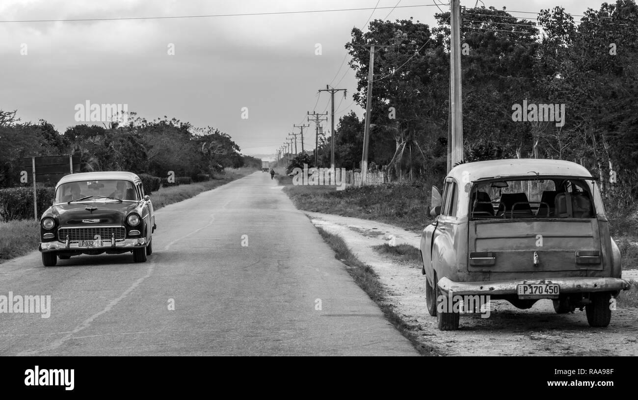 Classic cars on rural road ust off Autopista Nacional near Union de Reyes, Cuba - Stock Image