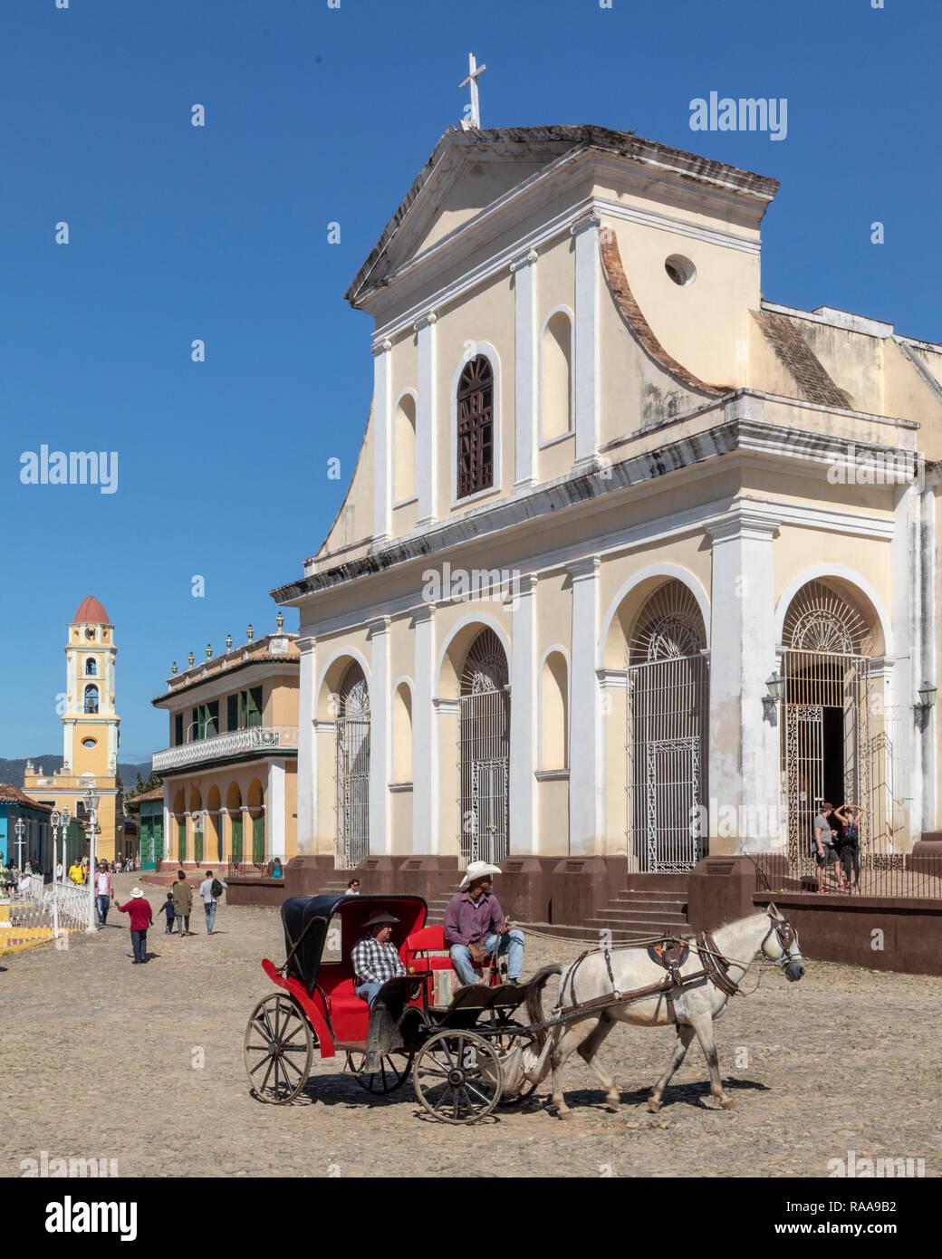 Horse carriage in front of Iglesia Santisima Trinidad, Trinidad, Cuba - Stock Image