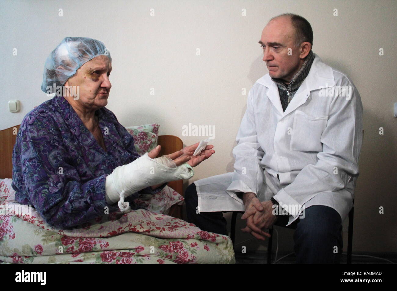 Magnitogorsk, Russia. 03rd Jan, 2019. MAGNITOGORSK, RUSSIA - JANUARY 3, 2019: Chelyabinsk Region Governor Boris Dubrovsky (R) visits a Magnitogorsk hospital to see residents of an apartment building at 164 Prospekt Karla Marksa Street partially destroyed by a domestic gas explosion on December 31, 2018, killing 37 and leaving four missing. Ilya Moskovets/TASS Credit: ITAR-TASS News Agency/Alamy Live News - Stock Image