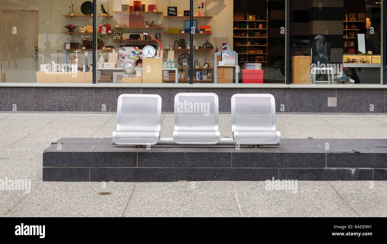 Minimal Seating in a SF Courtyard - Stock Image