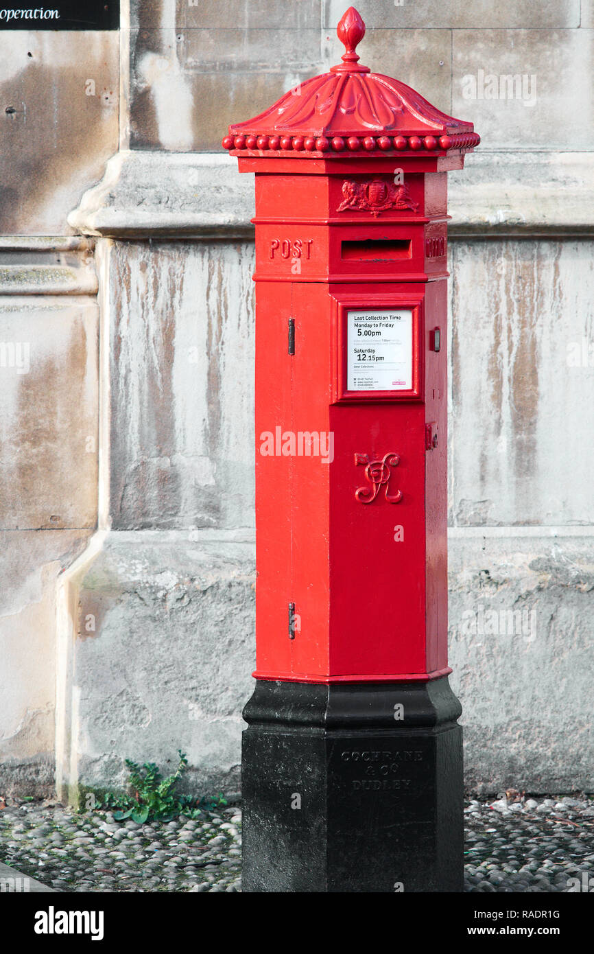 Red post box outside the main entrance to King's college, Cambridge university, England. - Stock Image