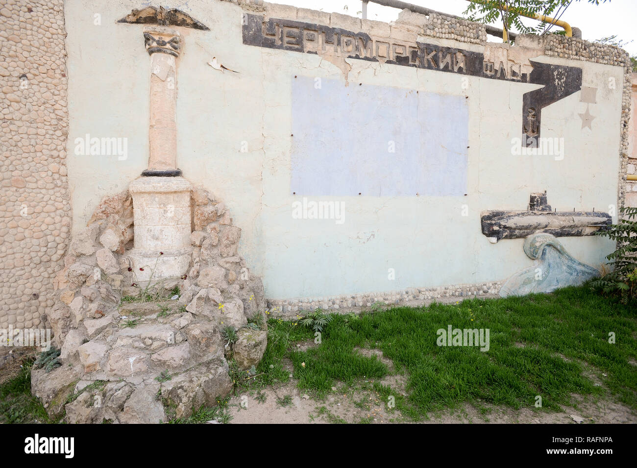 Monument to fallen Black Sea Fleet seamen during WWII 1941 to 1945 in front of Morskij Muziejnyj Komplieks Balaklava (Naval museum complex Balaklava)  - Stock Image