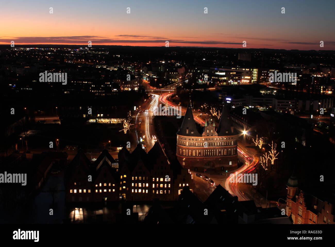 Lübeck mit Holstentor bei Nacht - Stock Image