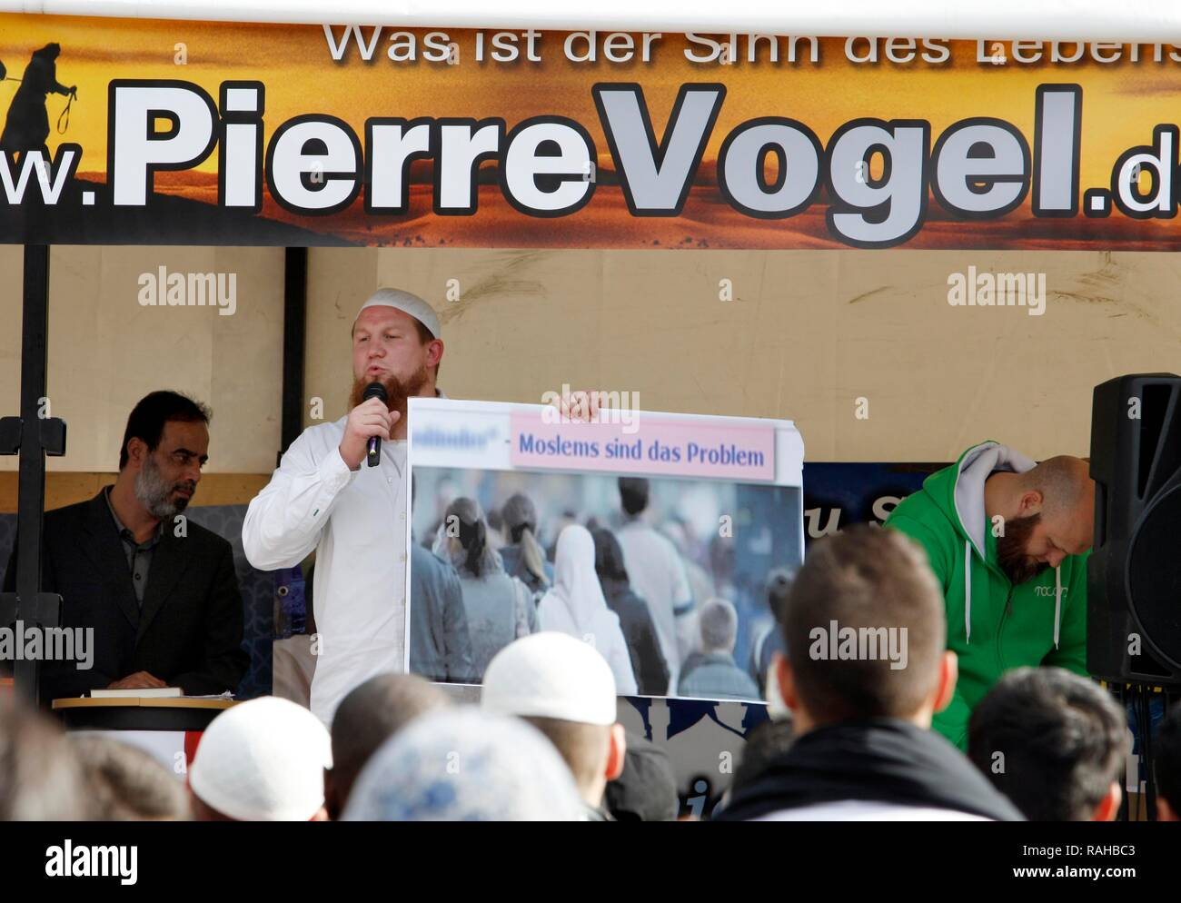 Preacher Pierre Vogel at the '1. Islamischer Friedenskongress' rally of the Salafi movement, comparing the persecution of Jews - Stock Image