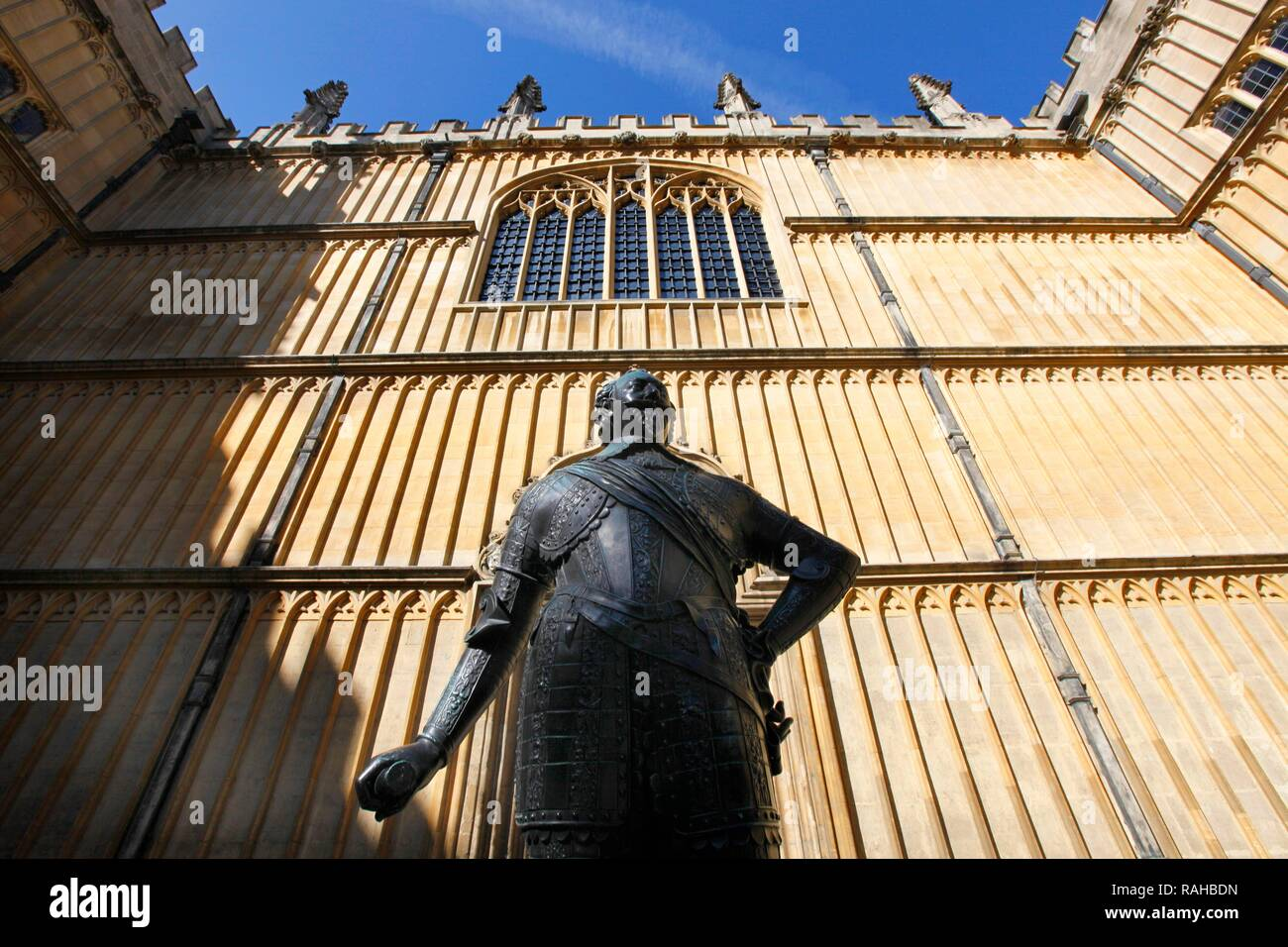 Statue in front of the Bodleian Library, main library of the University of Oxford, Oxford, Oxfordshire, United Kingdom, Europe - Stock Image