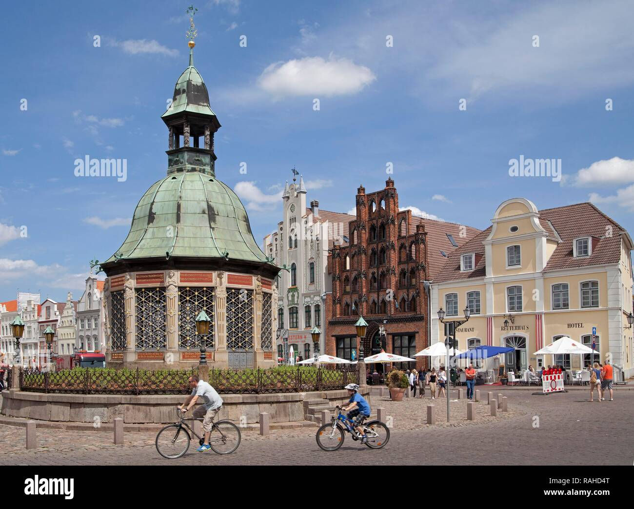Market square or market place with the Wasserkunst fountain and the 'Old Swede' warehouse, Wismar, Mecklenburg-Western Pomerania - Stock Image