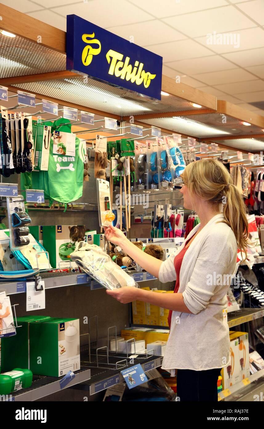 Entdecken Sie die neuesten Trends Wählen Sie für authentisch bieten Rabatte Female customer looking at products from the Tchibo range of ...