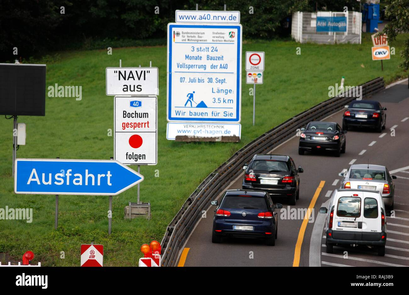 Sign 'Navi aus' or 'no navigation', note that navigation equipment won't show the correct redirections during the 3-month - Stock Image