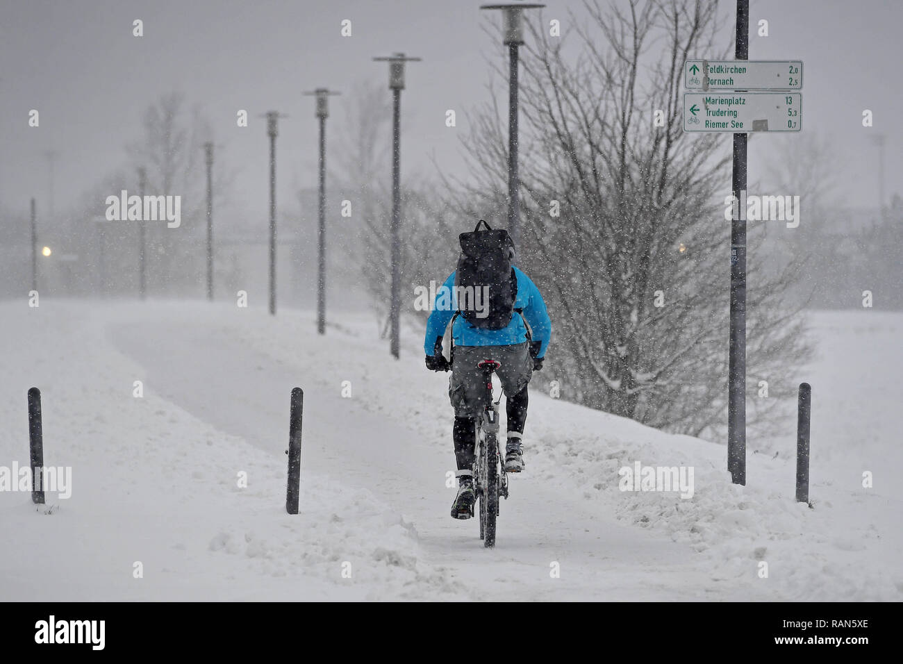 Munich Riem, Deutschland. 05th Jan, 2019. Wetterfeature-Fahrradkurier, Fahrradfahrer with backpack defies the snowdrifts and windbows on a snow-covered path in the Riemer Park.Radfahren in the snow Continuing snowfall on 05.01.2019, ensure snow chaos, traffic chaos, winter in Bavaria. | usage worldwide Credit: dpa/Alamy Live News Credit: dpa picture alliance/Alamy Live News Stock Photo