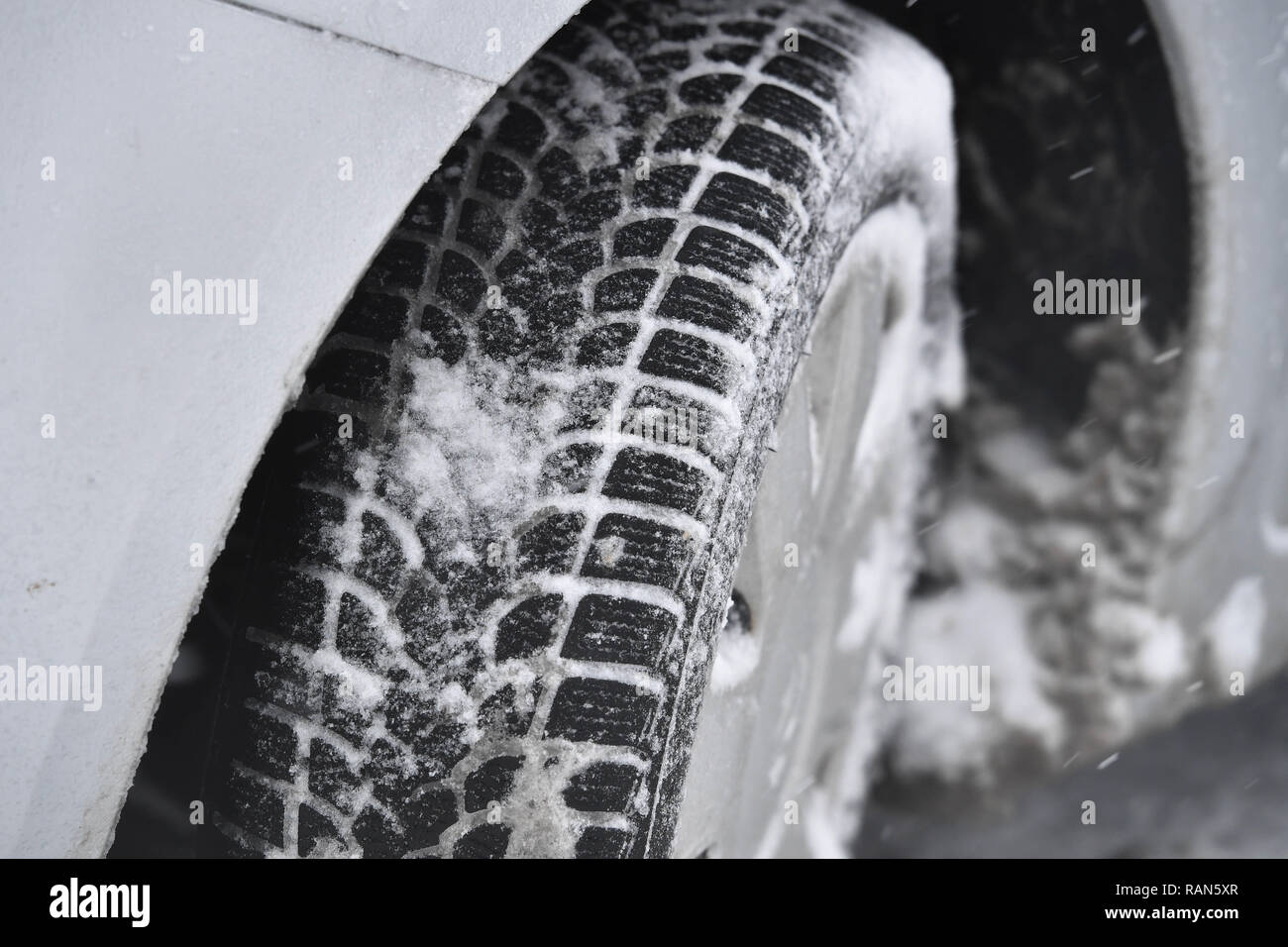 Munich Riem, Deutschland. 05th Jan, 2019. Weather feature-snow-covered cars, cars are on the roadside in a housing estate, winter tires, profile, winter wheels, Continuing snowfall on 05.01.2019, ensure snow chaos, traffic chaos, winter in Bavaria. | usage worldwide Credit: dpa/Alamy Live News Credit: dpa picture alliance/Alamy Live News - Stock Image